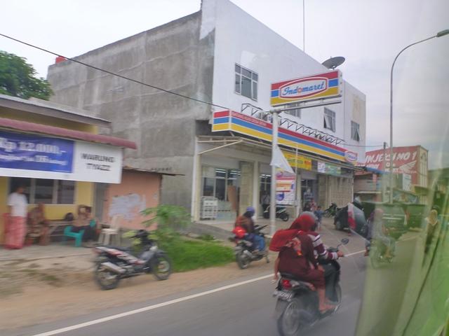 メダンの道路沿いコンビニ